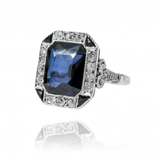 Pierścionek w stylu Art Deco z diamentami wykonany ze złota