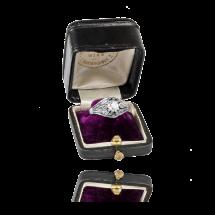 Pierścionek z diamentami wykonany ze złota