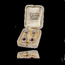Platynowe kolczyki w stylu Art Deco z brylantami oraz granatami