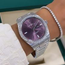 Rolex Oyster Perpetual 39 z diamentowym bezelem. Rzadka bordowa tarcza