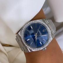 Rolex Oyster Perpetual 39 z diamentowym bezelem. Granatowa tarcz