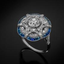 Artystyczny platynowy pierścionek z doszlifowanymi szafirami